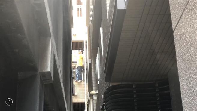身穿黃衣的兇嫌在牆面上攀爬,宛若蜘蛛人。(陳鴻偉翻攝)