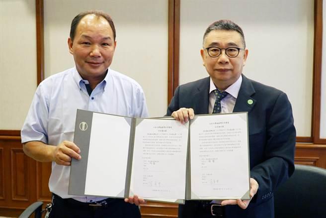 大村鄉公所鄉長游盛(左)與大葉大學校長梁卓中(右)代表雙方簽約。(大葉大學提供/謝瓊雲彰化傳真)