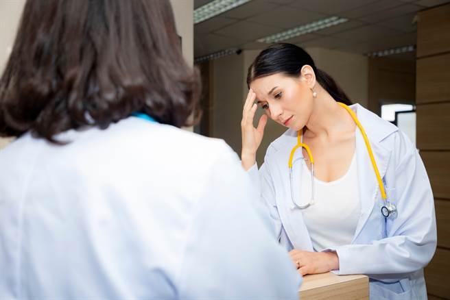 有網友抱怨,今(20)日遇到一位病患,詢問院長是否有看診,恰巧院長休假,不過這位病患還是狂跳針,執意要找院長,讓她大嘆,「人生好難,心好累!」(圖取自達志影像/示意圖非當事人)