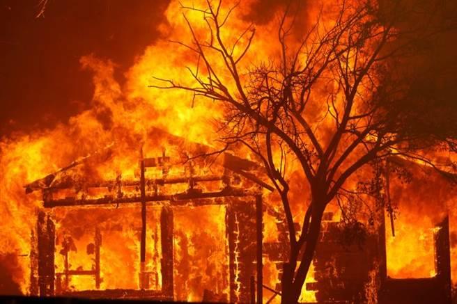 LNU闪电大火烧不停,北加州瓦卡维尔近郊一处民宅深陷火海。当地政府19日紧急疏散居民。(路透)