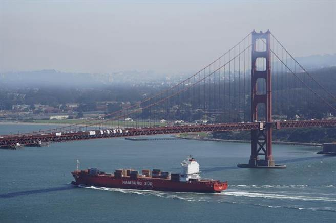 旧金山湾区遭森林野火蹂躏,从金门大桥附近,可见市区遭烟雾笼罩。(美联社)