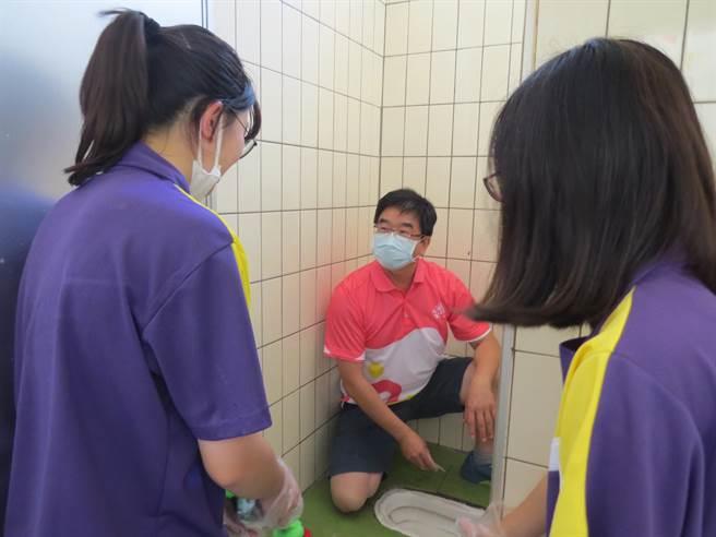 校長游文聰也挽袖帶領全體高一師生親自用雙手刷洗廁所
