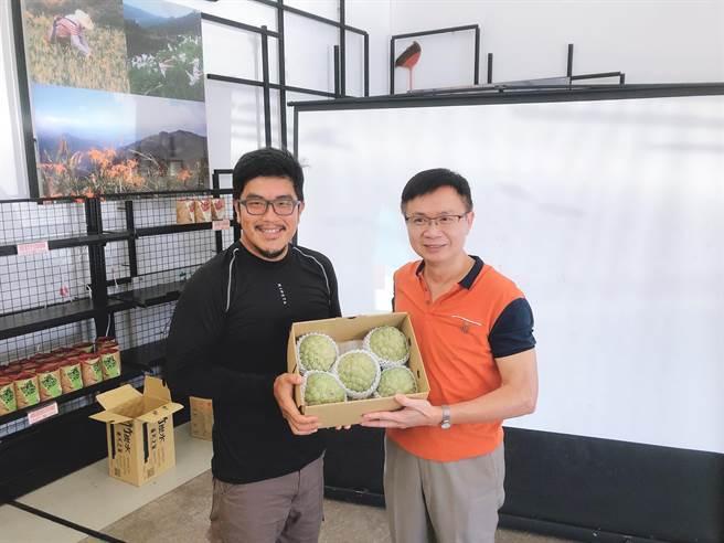 貿協黃志芳董事長(右)拜會釋迦青農李俊儀(左)了解當地釋迦栽種及外銷現況。(貿協提供)