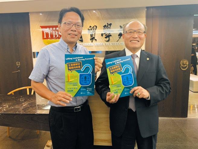台北市進出口商業同業公會秘書長黃文榮(右)與副秘書長蔡順達(左)推廣台灣跨境電商博覽會,帶動外貿企業數位轉型。圖/簡立宗