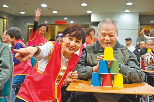 方芳芳(左)日前探訪弱勢老者,傳遞愛與溫暖。(台灣優質生命協會提供)
