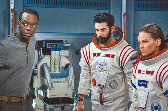 希拉蕊(右)在片中帶領各國太空人出任務。(Netflix提供)