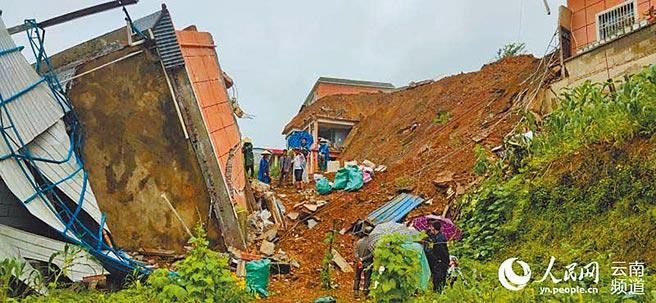 雲南省臨滄市鎮康縣連日大雨,驚見山體滑坡。(取自人民網)