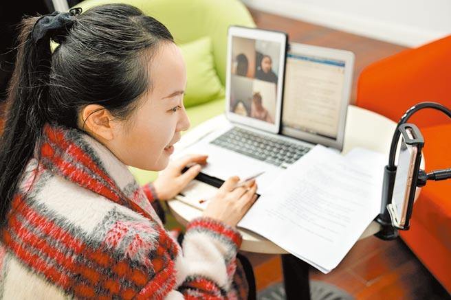 上海市小學老師與學生們線上互動。(新華社資料照片)