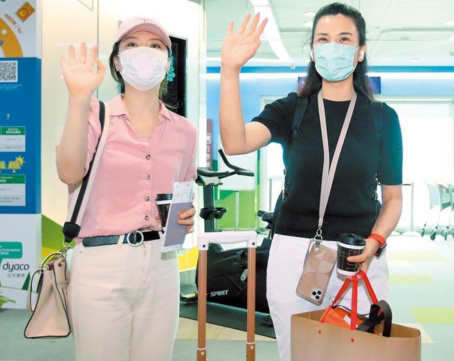 2020年7月3日,桃園機場,「東南衛視」駐台記者艾珂竹(右)及盧薔(左)被指控違反相關規定,並遭廢止記者證及入境許可,兩人3日登機離台前,向採訪媒體揮手道別。(范揚光攝)