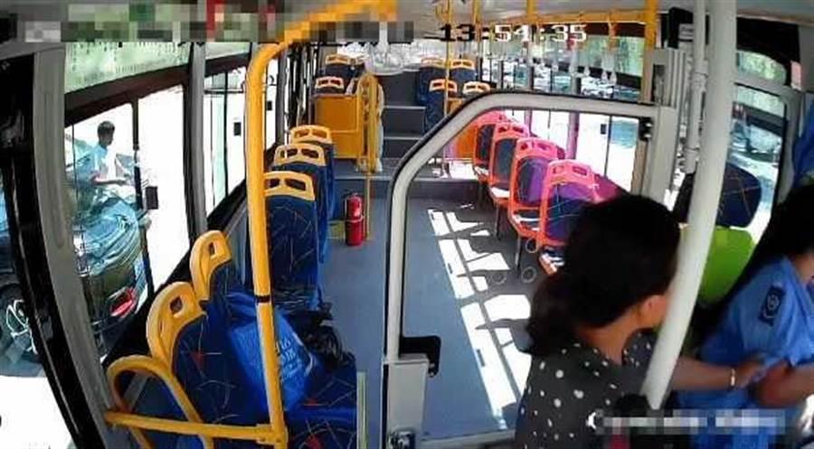 婦人坐過站,要求司機停車遭拒竟動手打人。(圖/央視新聞)