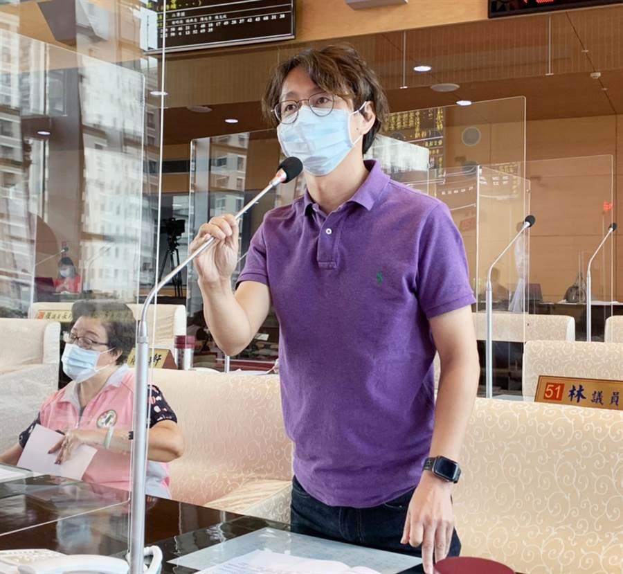 台中市议员江肇国今天在市议会中,提出紧急质询。(陈世宗摄)