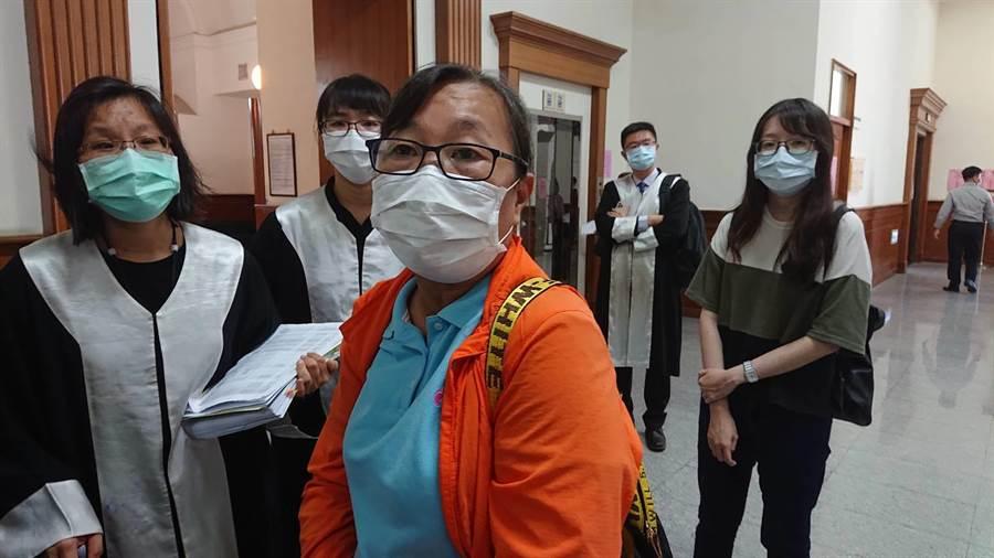 黃姓婦人(橘衣者)身邊5位親人死於維冠大樓倒塌,哽咽提起19日又感受到台南市六甲區4次地震,內心還會驚慌。(程炳璋攝)