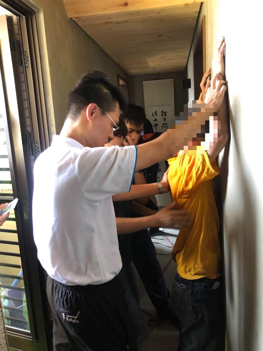 西門町貨車司機突遭持刀男劃傷,嫌犯闖14樓公寓躲藏遭逮。(陳鴻偉翻攝)