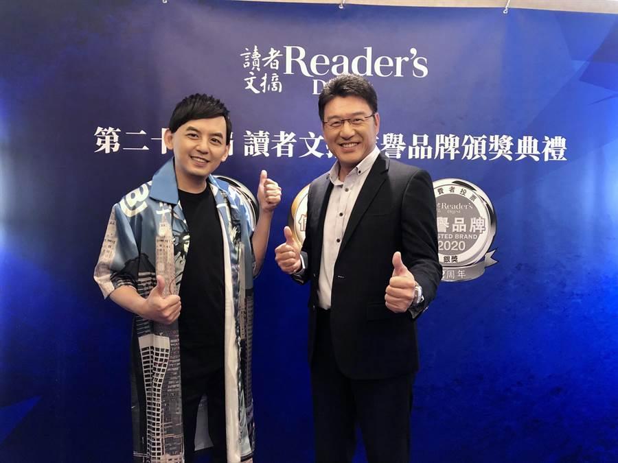 佼佼(左)與謝震武昨出席「讀者文摘」頒獎典禮。(讀者文摘提供)