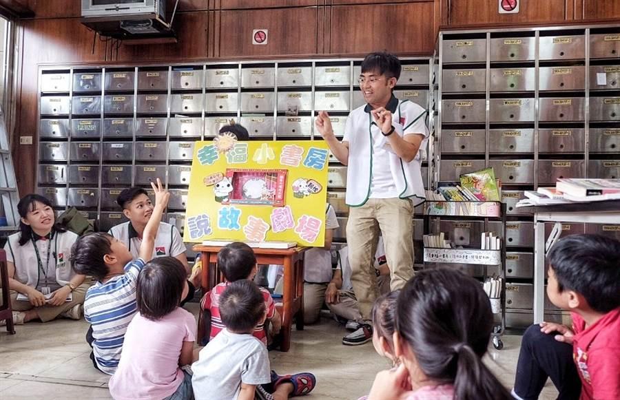 信義房屋同仁跟社區成為一家人,為住戶孩童們說故事,讓幸福變大