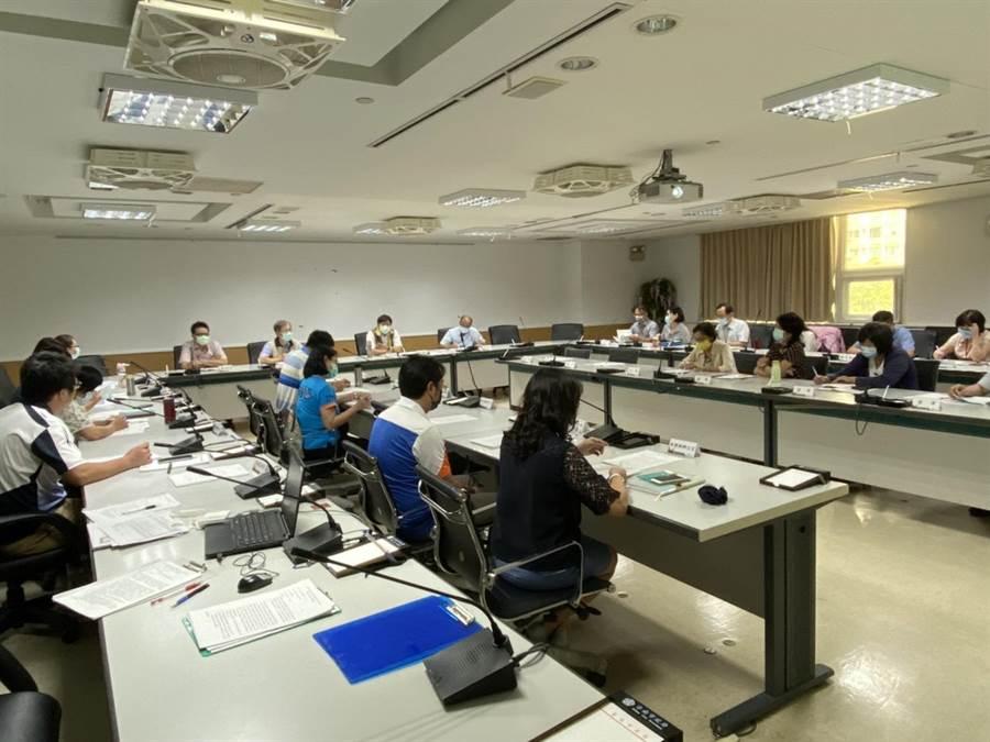 台南市教育局今天邀集家長、教師團體及校長代表,召開因應新冠肺炎工作小組會議。(台南市教育局提供/曹婷婷台南傳真)