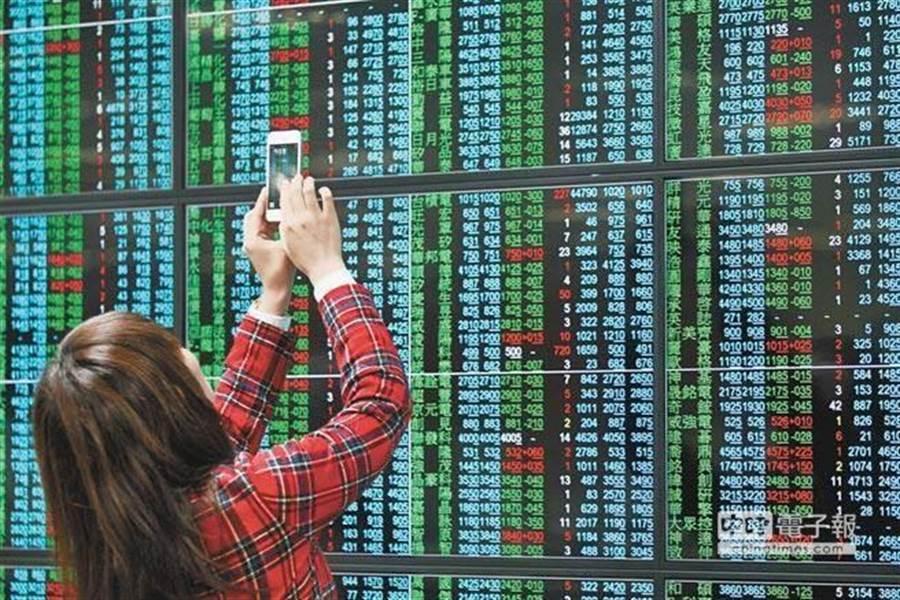 台股20日盘中大跌600点,成交量也爆量创下史上最高。(图/中时资料照)