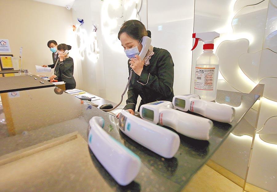 圖為台北市防疫旅館柯達大飯店在櫃檯處備妥額溫槍和消毒酒精,做好防疫準備。(本報資料照片)