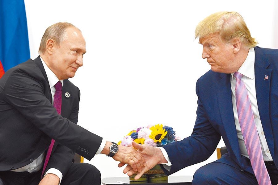 美國共和黨掌控的聯邦參議院,18日公布近千頁的「通俄門」最終調查報告,證實俄國曾干預2016年總統大選;圖為普丁(左)與川普在大阪g-20峰會會晤。(美聯社)