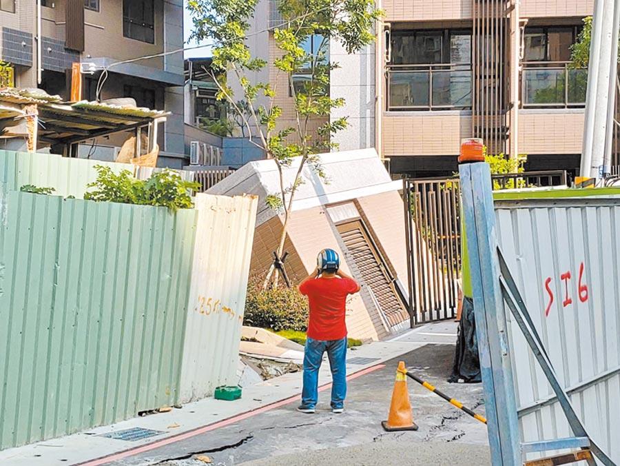 板橋區文德路建築工地地基淘空,造成隔壁社區的1間垃圾儲藏室倒塌,所幸無人傷亡。(新北市海山警分局提供/王揚傑新北傳真)