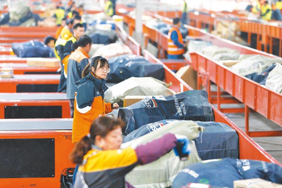 申通快遞上海轉運中心,工作人員掃描商品。(中新社資料照片)