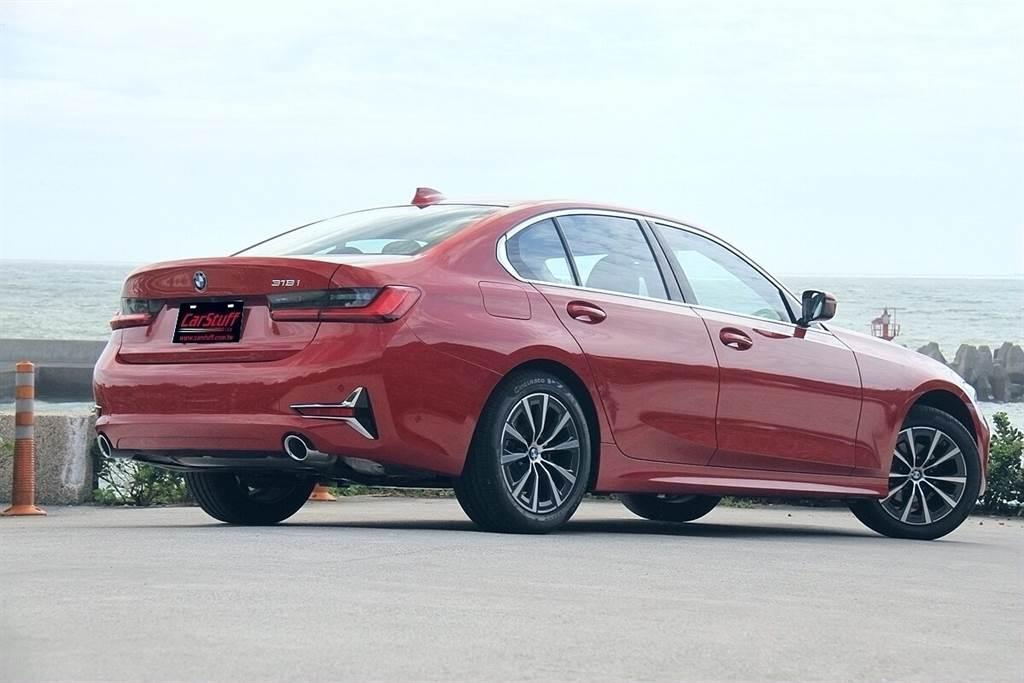 Luxury Line的造型風格不像M Sport那麼「張牙舞爪」,但個人感覺也不像是Luxury豪華風格,車頭與車尾兩側的Y字形裝飾,倒比較顯現科技前衛感。