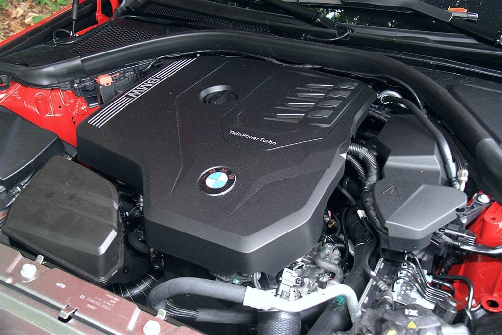 318i Luxury能在4,500 rpm時可輸出156 hp最大馬力(較上一代提升20 hp),並只要轉速高於1,300 rpm就能完全輸出250 Nm最大扭力(提升30 Nm)。銜接Steptronic八速手自排變速箱後,僅需8.4秒就可完成0-100 km/h加速,極速達223 km/h。