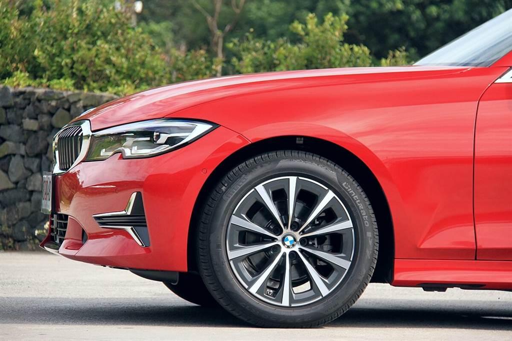 標配的17吋V幅775 M型輪圈,配有較厚扁平比舒適取向的輪胎,並且相較於配有運動化懸吊的M Sport車型(例如:標配M運動懸吊的330i M Sport),舒適度截然不同,但並不會造成過彎嚴重側傾,是一個不想花錢選配電子懸吊來提升舒適度的另一種替代方案。