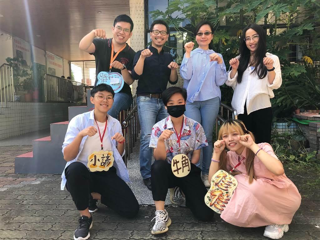 華梵大學攝影與VR設計學系劉躍教授(後排左二)帶領研究生與剛錄取的準新鮮人赴基隆夏令營教學,後排右二為安樂高中特教組長彭淑珍老師。(華梵大學提供)