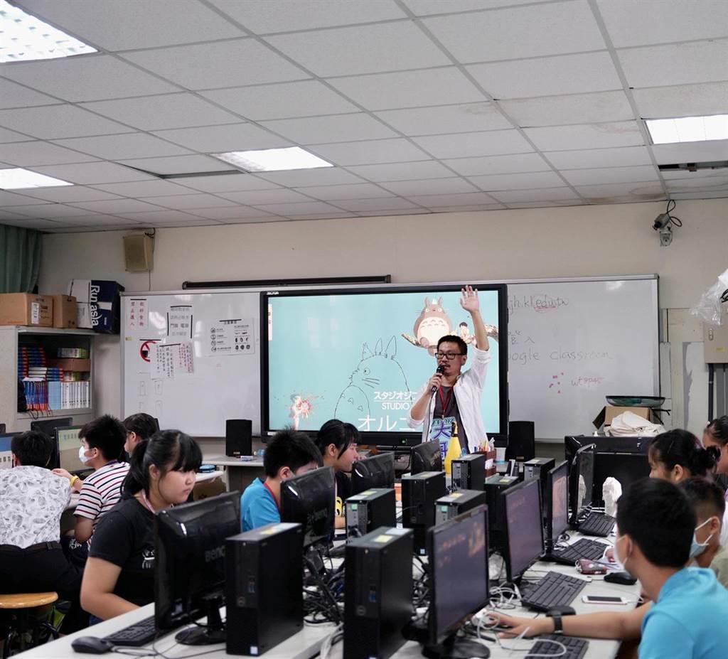 華梵大學攝影與VR設計學系劉躍教授指導學生上課情形。(華梵大學提供)