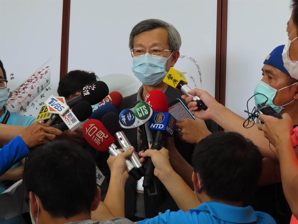 彰化縣衛生局長葉彥伯記者會上哽咽難忘中央地方一條心做好防疫。