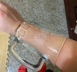 妹子玻璃杯洗破底 手臂「穿杯而過」 網驚:練武奇才