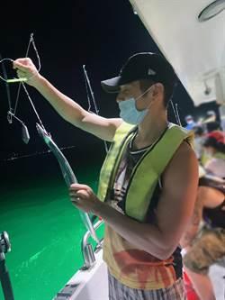 胡宇威露肌當釣客 戰4小時嘆「沒母的上鉤」