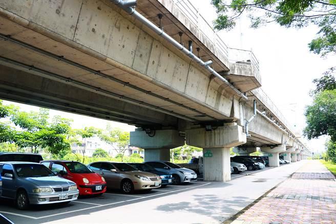 竹田鄉公所指出,竹田驛站旁並非沒有停車場,在鐵路高架化下方有30餘個停車格,但因僧多粥少加上多數車格被長期占用,可以說是「有等於無」。(謝佳潾攝)