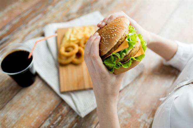 停經後的婦女,要少吃高熱量、高脂肪的食物,多吃高纖維的食物,控制體重、多運動,不要讓自己胖起來。(達志影像/shutterstock)