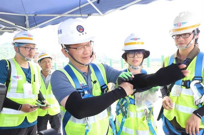 交通部長林佳龍(中)表示,針對行人易發生事故路口,將投入8.04億元,目標4年改善全台2680處路口。(交通部提供/陳祐誠傳真)