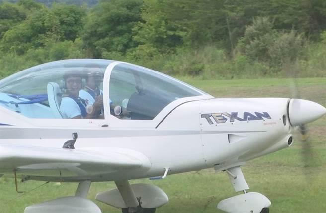 主播簡至豪搭輕航機俯瞰山海景觀。(圖/中天提供)