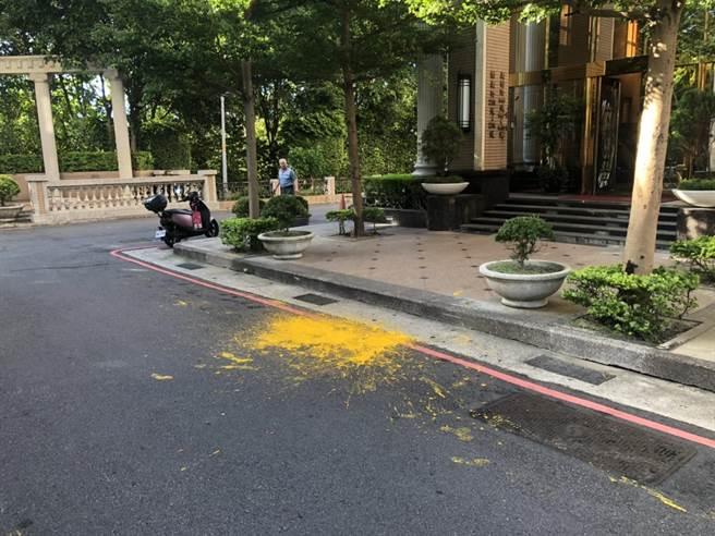30歲女簽收花束遭不明人士撞擊從頭淋下黃色油漆(翻攝照片/戴上容新北傳真)