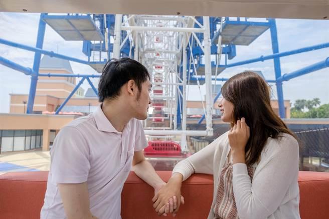 情侶搭摩天輪拍照放閃可抽好禮。(陳淑娥攝)
