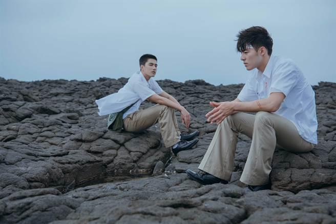 陳昊森(右)與曾敬驊遠赴澎湖無人島對戲。(氧氣電影提供)