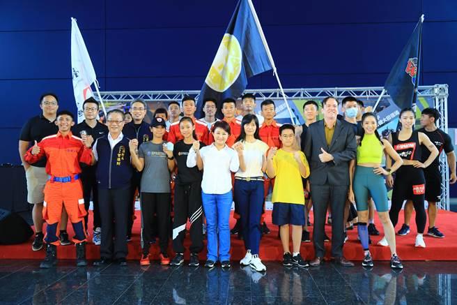 台中市運動局21日舉辦「斯巴達障礙跑競賽」宣傳記者會,由消防隊員與台中夢想家青年隊球員PK「藥球」與「波皮」兩項目賽,搶先體驗賽事關卡,大展身手。(盧金足攝)