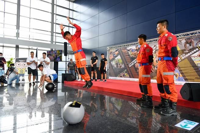 消防隊員與台中夢想家青年隊球員PK「藥球」與「波皮」兩項目賽,搶先體驗賽事關卡。(盧金足攝)