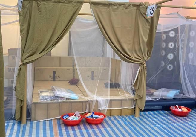 逢甲大學營建及防災中心,研發的「瓦愣紙床」輕巧、易搬運、易收藏(184公分X92公分X30公分),耐重達300公斤,還可加掛蚊帳、隔間等,兼具衛生及隱私。(江和樹提供/黃國峰台中傳真)
