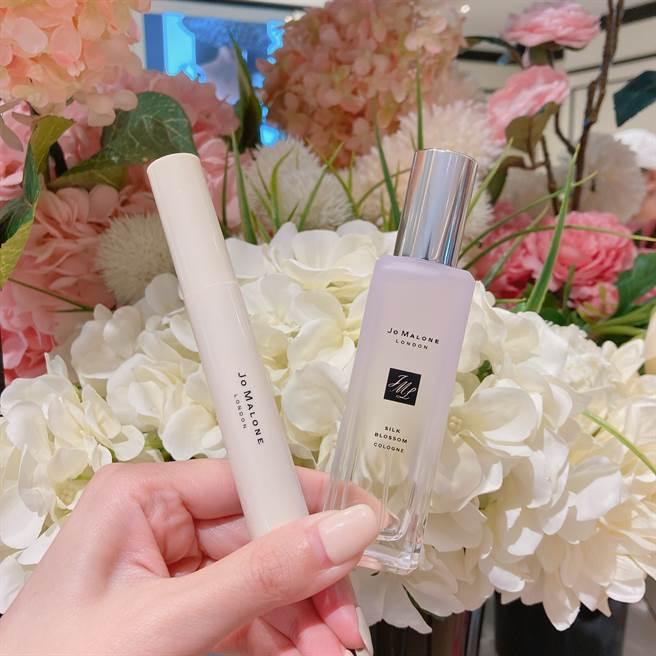 8月限定品「杏桃花與蜂蜜香水筆」、「合歡花香水」。(圖/邱映慈攝影)