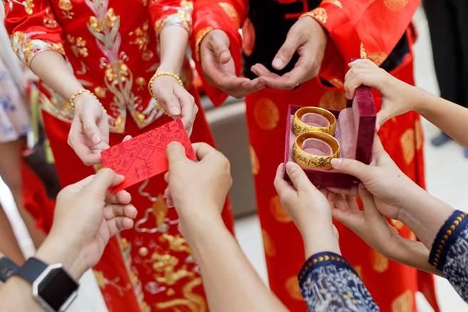 有網友發文表示,自己死黨最近準備結婚,但被岳母要求結婚要300份喜餅,聘金要88萬,讓他氣的爲好友叫屈,直呼傳統的觀念真的該改一改。(圖取自達志影像/示意圖非當事人)