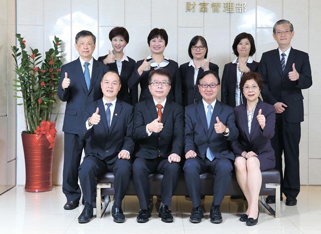 華銀總經理張振芳(前排右二)帶領個金群團隊,滿足客戶人生不同階段理財需求,協助客戶圓夢。圖/華銀提供