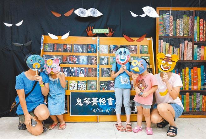 蘆洲集賢分館布置「暗黑閱讀角」,展出作家笭菁的恐怖驚悚系列小說,還有客家妖怪面具DIY活動,帶小朋友製作鬼怪面具。(新北市立圖書館提供/王揚傑新北傳真)