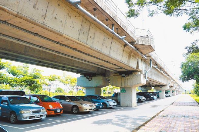 竹田鄉公所指出,竹田驛站旁並非沒有停車場,在鐵路高架化下方有30餘個停車格,但因僧多粥少加上多數車格被長期占用,可以說「有等於無」。(謝佳潾攝)