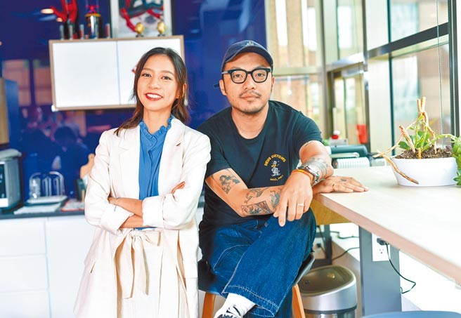 導演簡學彬(右)花不少時間了解演員,更發掘陳妤少女心的一面。(盧禕祺攝)