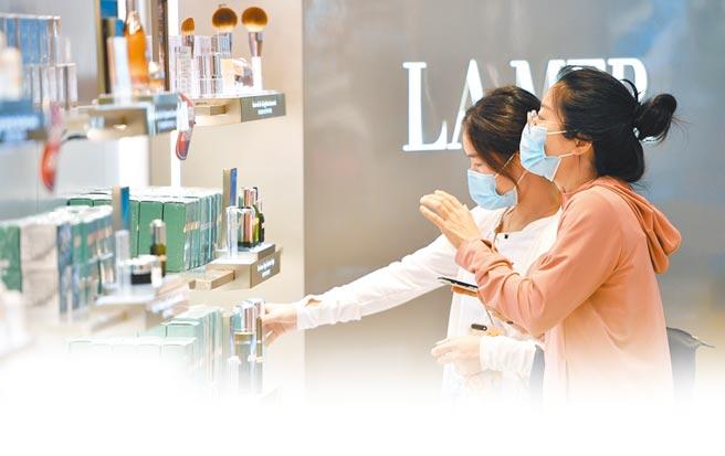 消費者在海口市日月廣場免稅店購物。(新華社資料照片)